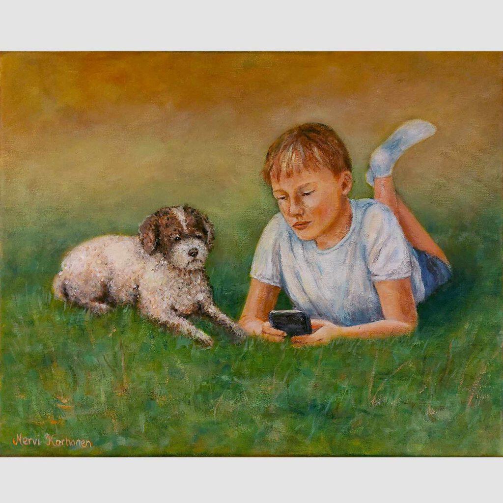 Poika ja koira nurmikolla